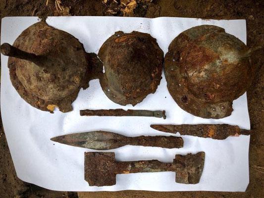 Umbo et fers de lance découverts dans les trois tombes. Credit : Dariusz de Lorm / Tempelburg