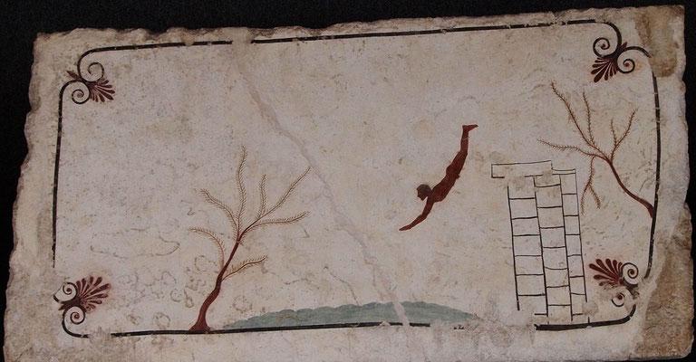 Dalle de la tombe dite du Plongeur, brisée en son centre. Crédit : Wikimedia Commons