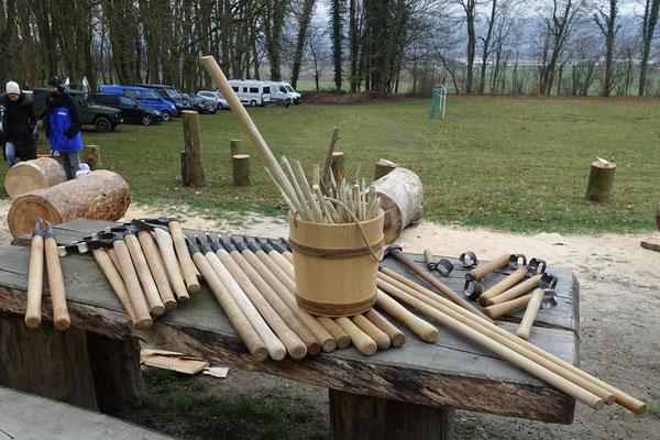 Das Zeidlerwerkzeug: Hohldexel, Brecheisen, Stecheisen und Schaber, im Holzeimer Speile.
