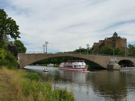 MS Händel II bei dem durchfahren der Giebichensteinbrücke