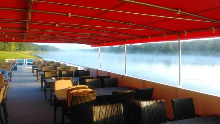 MS Händel II am Morgen auf der Elbe bei Breitenhagen