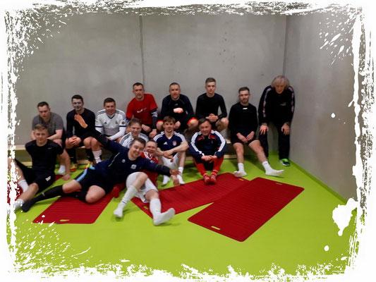 Fußball & Pilates. Zur Regeneration ½ Stunde Pilates nach dem Training in der Gym.-Halle.