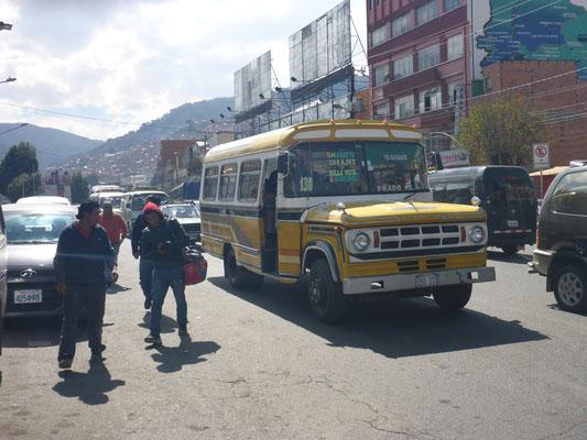 La Paz, Bolivien 2018: Seit Jahrzehnten aus dem Straßenbild nicht wegzudenken: die Kleinbusse auf Pick-up Basis verschiedener US-amerikanischer Hersteller. (hier ein Dodge)