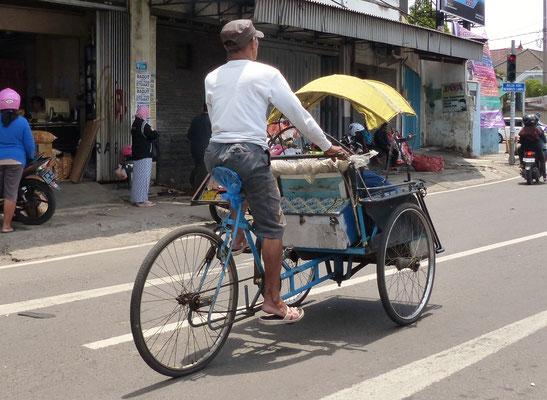 Indonesien2016: Fahrradrikschas gehören zum Stadtbild