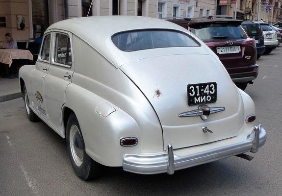 """Dieser Gaz M-20 (gebaut 1946-1958, der abgebildete Wagen hat den """"modernen"""" Kühlergrill ab 1955) hat noch ein Kennzeichen aus Sowietzeiten"""