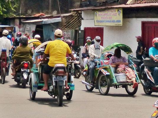Indonesien 2016: Die Rickschas gibt es auch mit Moped-Antrieb