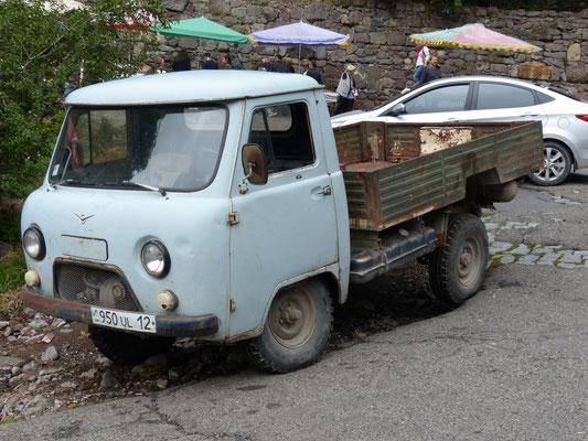 ebenfalls im gesamten Kaukasus viel zu sehen: UAZ 452, gebaut seit 1966, hier das Modell D 3303 (ab 1985), Armenien 2016