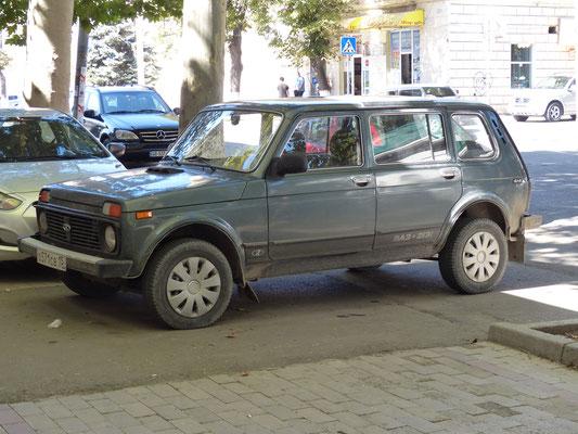 Den gab es bei uns nicht: Lada Niva 4-türig, der Typ 2131 hieß Fora, verkauft ab 1993 (Georgien 2016)