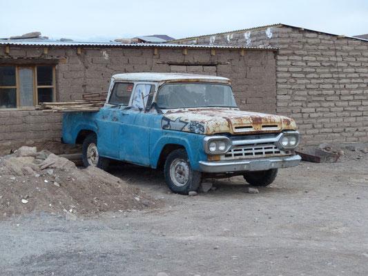 Bolivien 2018: Dieser Ford F 250 Modell 1960 mit (in den USA) ultraseltener Doppelkabine verrichtet hin und wieder noch seinen Dienst; vermutlich aus brasilianischer Produktion