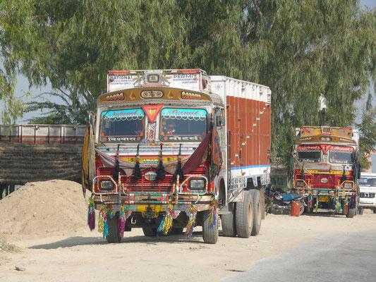TATA, Basistechnik: Mercedes-Benz, made in India. Gute Sicht für den Fahrer ist nicht erforderlich, da das größte Fahrzeug IMMER Vorfahrt hat und die anderen sehen können, wo sie bleiben...