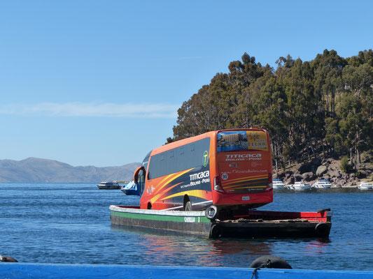 Bolivien 2018: Fähre über den Titicacasee. Rudimentär gebaut aus Holz, angetrieben mit kleinem Außenbordmotor!