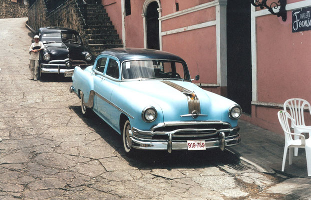 Kuba: noch fahren sie, die alten Amerkikaner; hier ein 54er Pontiac vorn, hinten ein 50er Ford