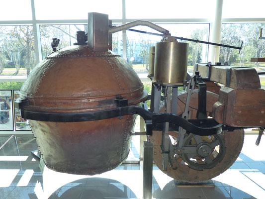 Dampfmaschinenantrieb des ersten selbstfahrenden Vehikels der Welt, das Menschen oder Lasten transportieren kann: Fardier de Cugnot von 1770 (fahrfähiger(!!!) Nachbau), Besitzer: Tampa Bay Automobile Museum in Pinellas Park/USA
