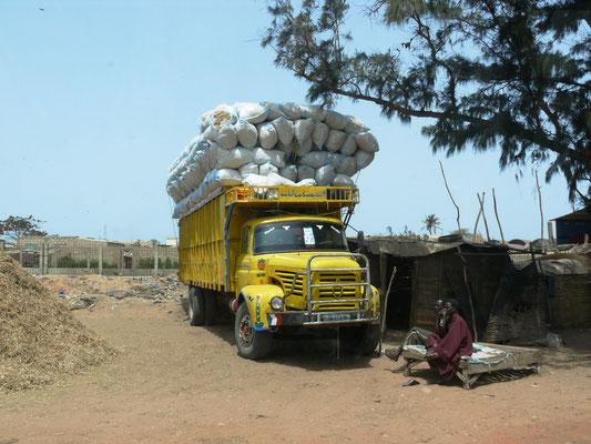 Senegal 2009: Der alte Berliet hat schwer zu tragen