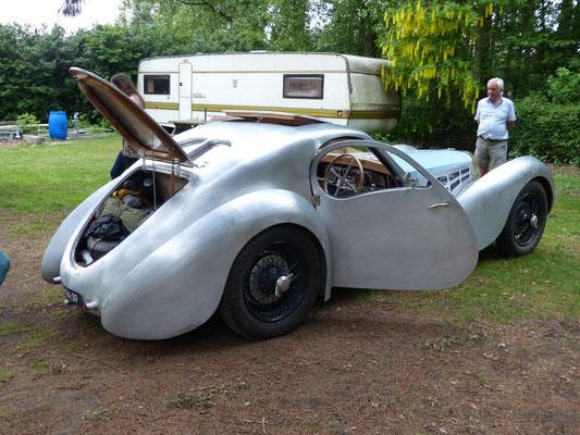 ...die Karosserie ist komplett aus Aluminiumblech gestaltet, entstanden in unzähligen Stunden Handarbeit...