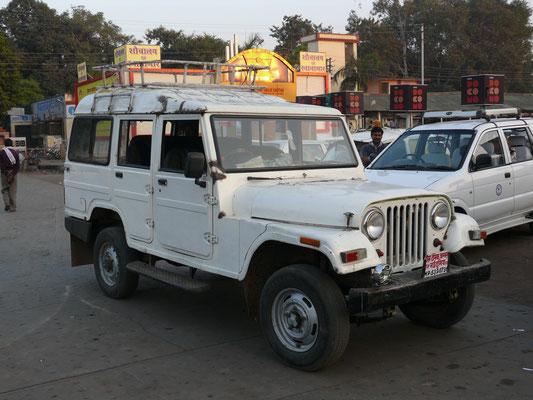 """Mahindra, in Lizenz gebauter und als """"Limousine"""" abgewandelter Jeep CJ"""