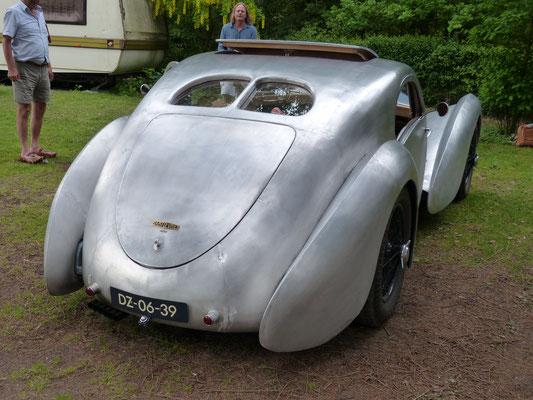 ...Chassis und (bewußt veraltet gewählte) Technik stammen von einem Jaguar MK VIII...