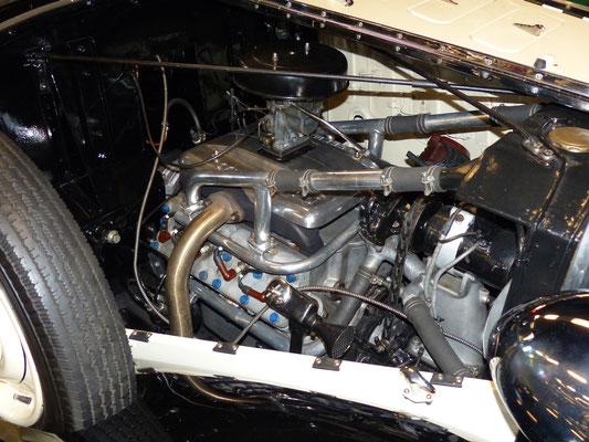 ....sowie Achtzylindermotor aus Aluminium, möglicherweise der einzige erhaltene Alu-V8 von Stoewer, da nur die ersten Fahrzeuge damit ausgerüstet waren