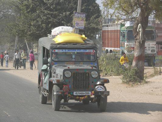 """Mahindra, in Lizenz gebauter Jeep, man beachte die etwas salopp """"gesicherte"""" Dachlast"""
