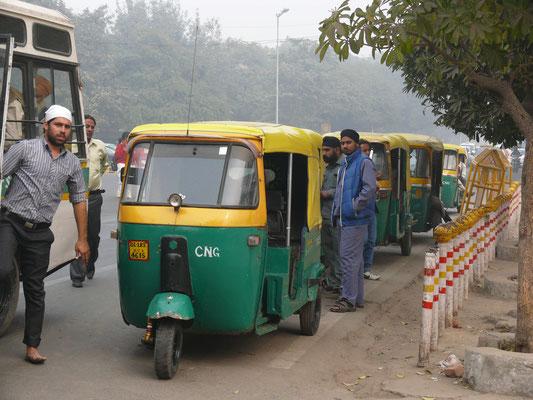 """Bajaj """"Tuc Tuc"""", das Original aus Indien; hier mit Erdgasantrieb, damit Delhis Straßen sauberer bleiben. Nutzt nichts, da die anderen weiter stinken..."""