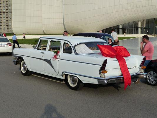 Dieser sehr gepflegte Wagen wird heute in Baku als Hochzeitswagen genutzt