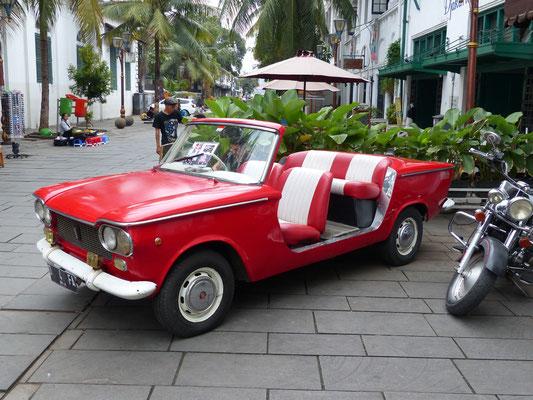 Jakarta, Indonesien 2016: Fiat 1300, zu mieten als Auto für besondere Anlässe...