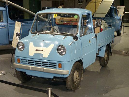 Japan 2019: Honda T360 aus den 60er Jahren; Länge 2995mm!, 354 ccm, 4 Zyl. DOHC, 30 PR bei 8500 U/min !!!; gesehen im Toyota Heritage Museum in Daiba (Tokyo)