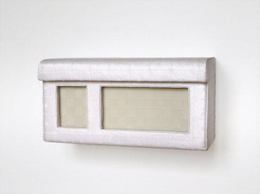Haube, 2010  Holz, Tischtuchdamast, Wärmflasche, 15 x 8 x 5 cm
