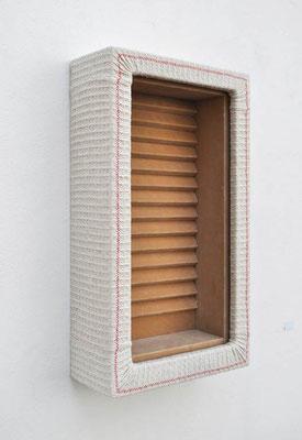 Fenster zum Hof, 2011, Holz, Scheuertuch, Samt, 73 x 40 x 17 cm