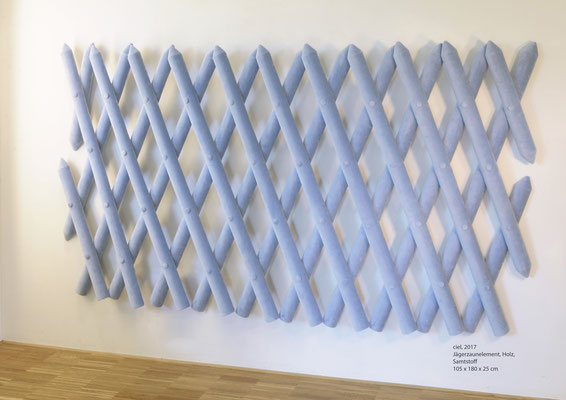 ciel, 2017 Jägerzaunelement, Holz,  Samtstoff 105 x 180 x 25 cm