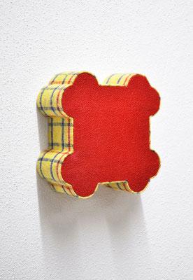 """""""cantonné"""", 2013 Styrodur, Holz, Wärmflasche, Staubtuch,       14 x 14 x 5 cm"""