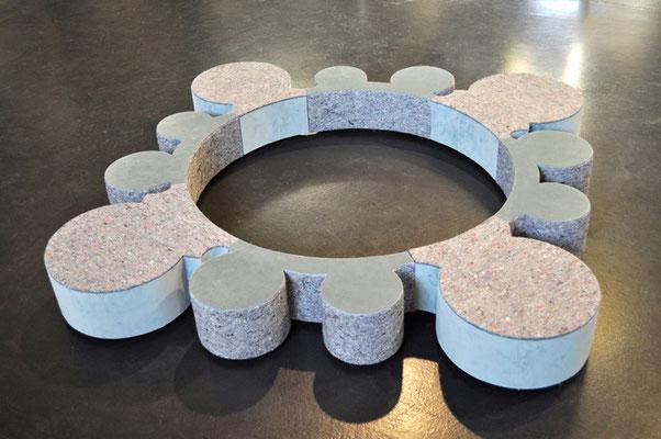 couronne, 2013,  200 x 200 x 20 cm, Holz, Styropor, Samt, Umzugsdecke