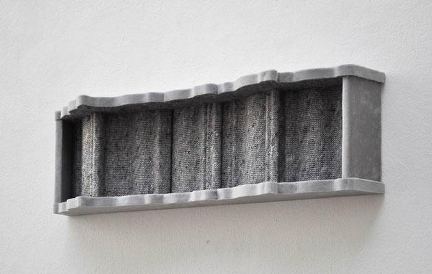 Vogue, 2012, Holz, Styropor, Samt, Umzugsdecke, 22 x 75 x 19 cm