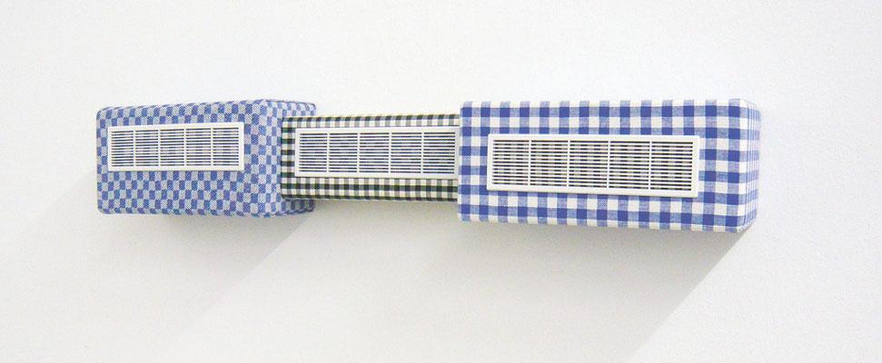 drei-guck, 2008, Holz, Karostoff, Grubentuch, Lüftungsgitter, 13 x 77 x 11 cm