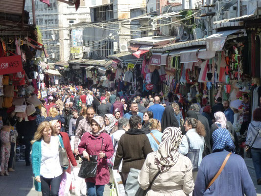 foule dans le quartier du grand bazar