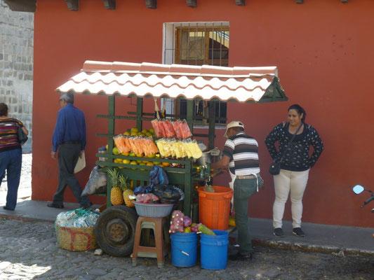 Marchand de fruits dans une rue d'Antigua