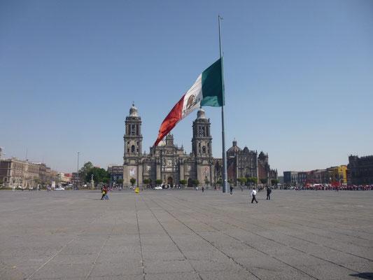 La place centrale et la cathédrale de Mexico