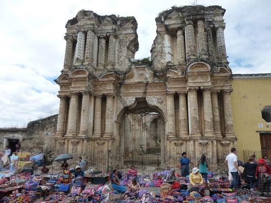 Marché artisanal devant les ruines d'une autre église