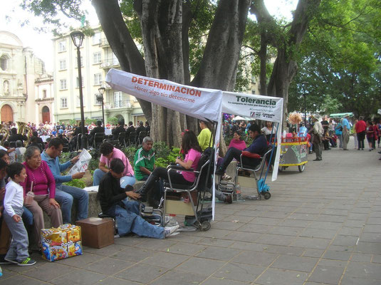 Cireurs de chaussures sur la grande place d'Oaxaca