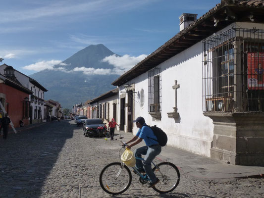 Antigua dominé par le volcan de Agua