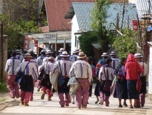 Procession d'hommes vers le cimetière de Todos Santos