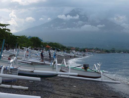la plage d'Amed et le volcan Agung