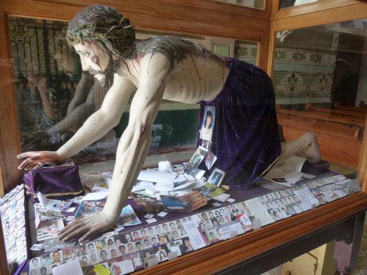 Photos d'identité sous le Christ agenouillé
