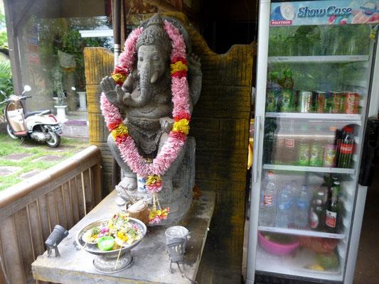 offrande à Ganesh, dieu du foyer et du bonheur, avant de boire son coca