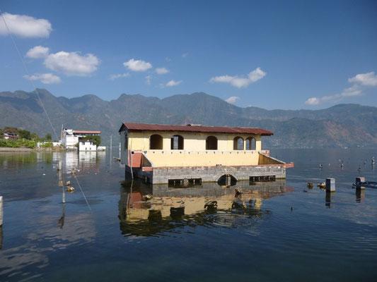 Le niveau du lac monte, des maisons sont noyées