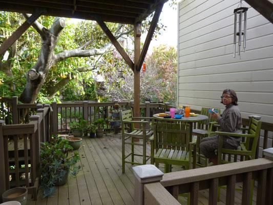 Petit déjeuner sur la terrasse chez Cyndi