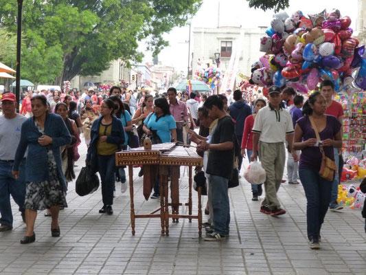 Animation sur le zocalo (ou place centrale) d'Oaxaca