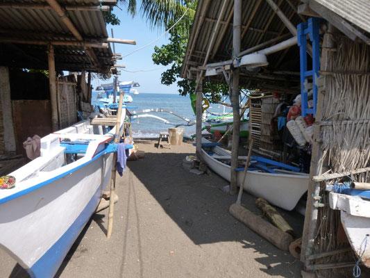 les bateaux tirés jusqu'aux maisons de pêcheurs