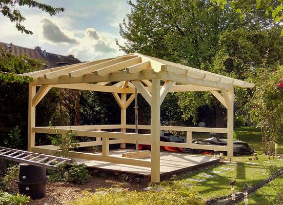 Gartenpavillon als Überdachung im Garten