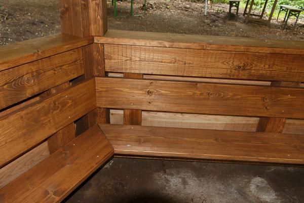 Bänke in der Schutzhütte
